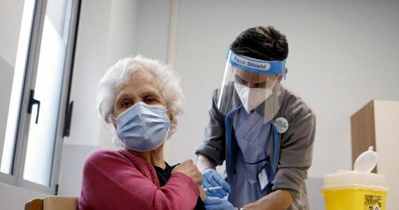 Szczepionka przeciw Covid-19 koncernu AstraZeneca może być stosowana u wszystkich ludzi powyżej 18. roku życia – podkreśliła Europejska Agencja Leków (EMA) w opublikowanym właśnie raporcie nt. tego preparatu. Wnioski EMA nt. skuteczności i bezpieczeństwa stosowania szczepionki AstraZeneki oparte zostały na masowych testach klinicznych, które przeprowadzono w Wielkiej Brytanii i Brazylii.
