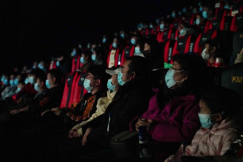 Pandemia koronawirusa od ponad roku daje się we znaki światowemu przemysłowi kinowemu. Ale mimo coraz częściej pojawiających się głosów o rychłej śmierci kin, nie wszędzie sytuacja wygląda źle. Ubiegły weekend w chińskich kinach należał do rekordowych. Wyświetlane tam chińskie produkcje zarobiły ponad 700 milionów dolarów. A to nie wszystko. Z opublikowanych właśnie raportów wynika, że w 2020 roku wybudowano w Chinach blisko sześć tysięcy nowych sal kinowych.