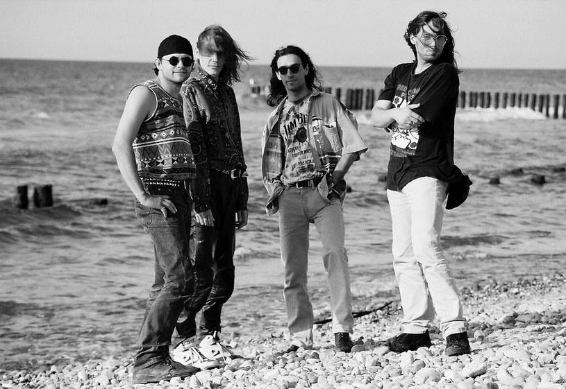 """""""Młode Wilki"""" - cieszą się fani grupy Roberta Gawlińskiego, komentując pokazane przez niego archiwalne zdjęcie zespołu Wilki z 1992 roku, gdy grupa błyskawicznie trafiła do czołówki polskiego rocka."""