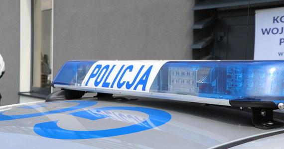 35-latek rzucił koktajlem Mołotowa w komendę powiatową policji przy ul. Jana Pawła II w Węgorzewie na Mazurach. Został zatrzymany po kilkudziesięciu minutach.