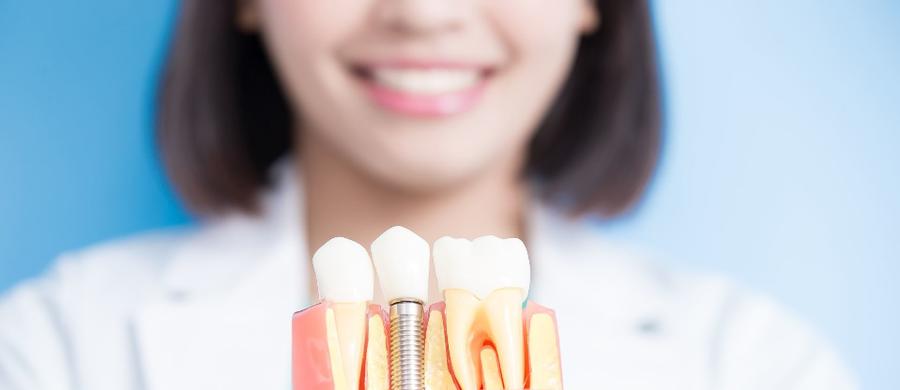 """Implant dentystyczny uważany jest za najlepsze uzupełnienie braku zęba. Aczkolwiek nie jest to jedyna metoda na """"wstawienie"""" zęba. Istnieje wiele rodzajów protez i uzupełnień protetycznych, ale to właśnie implanty zyskują coraz większą popularność."""