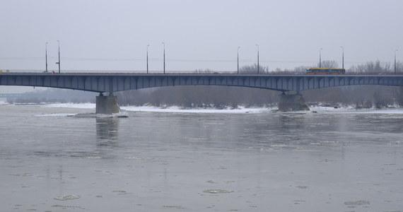 Stany ostrzegawcze przekroczone są już na ponad 30 stacjach wodowskazowych w całej Polsce. To wniosek z najnowszego raportu Instytutu Meteorologii i Gospodarki Wodnej. Wyższy poziom rzek to efekt odwilży i roztopów, które rozpoczęły się na zachodzie kraju.