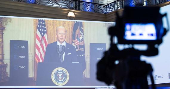 """Występując w piątek podczas Monachijskiej Konferencji Bezpieczeństwa, prezydent USA Joe Biden wymienił Chiny i Rosję jako kraje, które atakują demokrację i jedność Zachodu. Demokracja jest atakowana, musimy udowodnić, że nie jest reliktem historii - oznajmił. Dodał też, że """"atak przeciwko jednemu to atak przeciwko wszystkim; artykuł V traktatu o NATO to gwarancja""""."""
