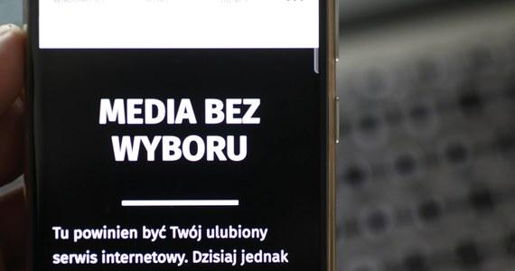 """Senat przyjął w piątek uchwałę, w której """"wyraża zdecydowany sprzeciw wobec ograniczania wolności i praw obywatelskich Polek i Polaków poprzez działania rządu RP, zmierzające do likwidacji niezależnych mediów"""" oraz wyraża solidarność z protestującymi mediami komercyjnymi."""