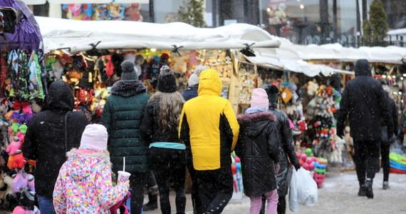 Spontanicznych tańców na Krupówkach nie było, były natomiast policyjne interwencje w związku z zakłócaniem ciszy nocnej w hotelach i pensjonatach. To tam imprezowała w nocy część turystów, którzy na weekend zjechali do Zakopanego.