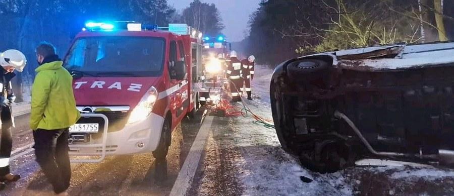 Policja bada okoliczności porannego wypadku w miejscowości Włyń w powiecie sieradzkim (woj. łódzkie). Dachowało tam auto dostawcze. Jedna osoba zginęła, a jedna jest ranna.