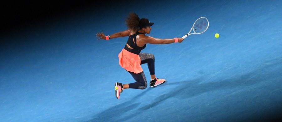 """Japonka Naomi Osaka po raz drugi w karierze wygrała turniej Australian Open. Zdobyła tym samym czwarty tytuł wielkoszlemowy. Rozstawiona z """"trójką"""" tenisistka w finale imprezy w Melbourne pokonała Amerykankę Jennifer Brady (22.) 6:4, 6:3."""
