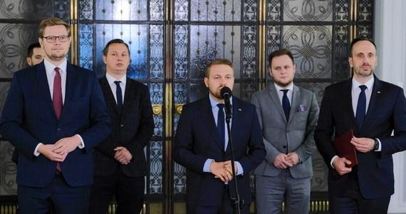 Negatywnie oceniamy odwołanie rekomendowanego przez Solidarną Polskę na stanowisko wiceministra Aktywów Państwowych Janusza Kowalskiego; nastąpiło to wbrew umowie koalicyjnej zawartej w ramach Zjednoczonej Prawicy - podkreślili politycy tej partii w przesłanym PAP oświadczeniu.