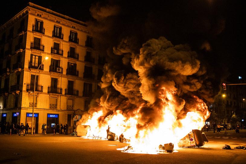 Zwolennicy osadzonego we wtorek rapera Pablo Hasela wszczęli w piątek wieczorem zamieszki w kilku miastach Katalonii. Największy protest, podczas trwających od czterech dni manifestacji, mających doprowadzić do uwolnienia muzyka, odbył się w Barcelonie.