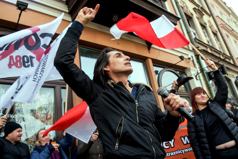 Znany niegdyś z grupy Ivan i Delfin wokalista Ivan Komarenko został jedną z twarzy protestów antycovid, czyli ruchu bagatelizującego zagrożenie pandemią koronawirusa. Tym razem pojawił się na protestach w Poznaniu.