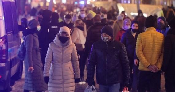 Turyści znowu tłumnie zjechali pod Tatry. Według policji w Zakopanem w piątek i wczoraj do wieczora było spokojniej niż przed tygodniem, ale i tak interwencji nie brakowało. Na ulice Zakopanego wyszło więcej policjantów, bo tamtejsza komenda dostała wsparcie z Krakowa.