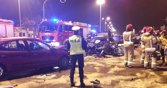 Pięć osób zostało poszkodowanych w wypadku, do którego doszło na skrzyżowaniu al. Jana Pawła II i ul. Obywatelskiej w Łodzi. Zderzyło się tam 7 aut.