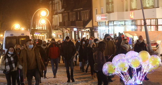 Zakopiańska policja informuje, że miniona noc w stolicy polskich Tatr była bardzo spokojna. Ocenia też, że przestrzeganie zasad sanitarnych przez wypoczywających w mieście turystów zdecydowanie się poprawiło.