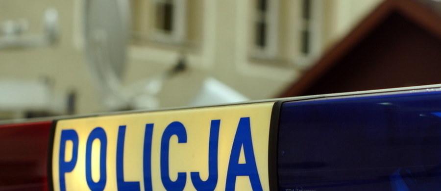 Wielkopolska policja szuka złodziei biżuterii z salonu jubilerskiego w centrum handlowym w Kaliszu. Sprawcy napadu dostali się do środka w nocy, po wycięciu otworu w dachu galerii.