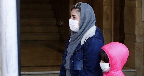 Możliwe, że Amerykanie nadal będą nosić maseczki w 2022 roku - powiedział w niedzielę w CNN dr Anthony Fauci, główny doradca medyczny nowego amerykańskiego prezydenta Joe Bidena. Dodał, że wraz ze wzrostem liczby zaszczepionych osób obostrzenia związane z Covid-19 będą stopniowo rozluźniane.