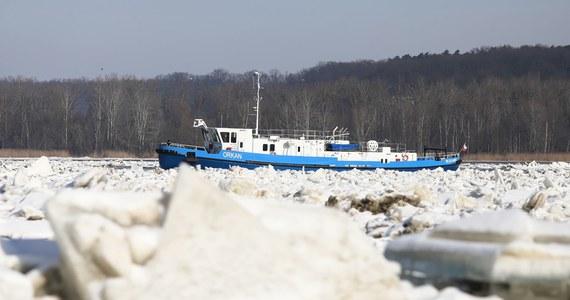 Wzrósł nieco poziom Wisły w Wyszogrodzie, w Kępie Polskiej i w Płocku. Poniżej, na Zbiorniku Włocławskim, pracowały w niedzielę lodołamacze, które kontynuowały rozbijanie zatoru lodowego na rzece, w rejonie Woli Brwileńskiej. Akcja ma być prowadzona także w poniedziałek.
