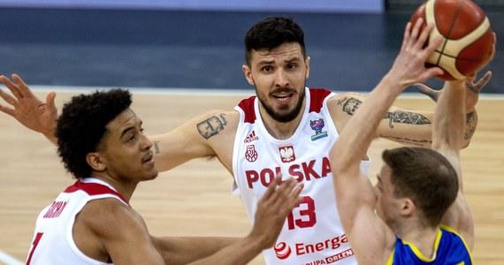 Reprezentacja Polski pewnie pokonała Rumunię 88:81 w ostatnim meczu kwalifikacyjnym do EuroBasketu w Arenie Gliwice. Biało-Czerwoni już wcześniej zakwalifikowali się na mistrzostwa Europy, a w tym spotkaniu okazję do debiutu otrzymali młodzi Jeremy Sochan i Igor Milicić, a także Jakub Garbacz.