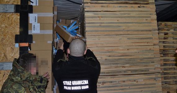 Ponad 1,8 mln paczek papierosów było przemycanych w dwóch ciężarówkach, których kierowcy próbowali wjechać do Polski z Białorusi. Wartość kontrabandy została oszacowana na blisko 27,6 mln zł.