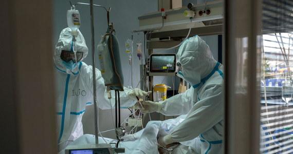 3890 przypadków – o tylu nowych potwierdzonych zakażeniach koronawirusem w Polsce poinformowało w poniedziałek Ministerstwo Zdrowia. Według danych resortu w ciągu ostatniej doby zmarło 17 osób. Bilans epidemii w Polsce to 1 642 658 przypadków zakażeń i 42 188 zgonów.