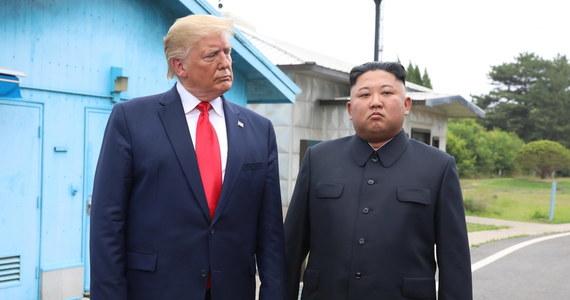 """Były prezydent USA Donald Trump proponował dyktatorowi Korei Północnej Kim Dzong Unowi """"podwiezienie go do domu"""" samolotem Air Force One. Jak informuje BBC, miało do tego dojść po spotkaniu na szczycie w Hanoi w lutym 2019 roku."""