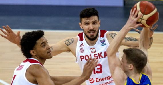 Polscy koszykarze zagrają w przyszłorocznych mistrzostwach Europy. Biało-czerwoni zajęli trzecie miejsce w grupie A. Podopieczni Mike'a Taylora w ostatnim meczu eliminacji pokonali w Arenie Gliwice Rumunię 88:81. Nasi reprezentanci kończą kwalifikacje z dorobkiem trzech zwycięstw i trzech porażek.