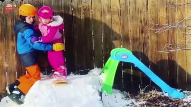 Nauka jazdy na snowboardzie? Jeśli tak, to tylko u starszego brata! Zobaczcie, jak chłopiec szkoli swoją młodszą siostrę z podstaw zimowego szaleństwa. Po udanym zjeździe nie może zabraknąć odpowiedniej celebracji.