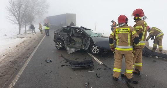 Siedem samochodów zderzyło się na drodze wojewódzkiej 545 z Nidzicy do Działdowa w woj. warmińsko-mazurskim. Jedna osoba została poszkodowana.