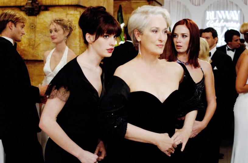 """Nagrodzona Oscarem Anne Hathaway przez wielu widzów – zwłaszcza tych interesujących się modą – kojarzona jest głównie z występem w słynnej komedii """"Diabeł ubiera się u Prady"""". Okazuje się, że gwiazda nie była pierwszym wyborem twórców – zanim otrzymała angaż do produkcji, rolę zaproponowano ośmiu innym aktorkom. """"Byłam dziewiątą kandydatką. A jednak dostałam tę rolę! Trzymajcie się i nigdy się nie poddawajcie"""" – powiedziała."""