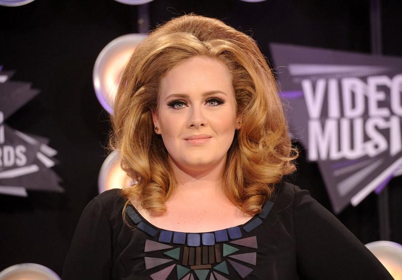 """To najchętniej kupowana płyta w XXI wieku, a przeboje, które się na niej pojawiły radiostacje regularnie grają do dziś. Tego wielkiego sukcesu """"21"""" mogło by nie być, gdyby nie podłe zachowanie byłego partnera Adele."""