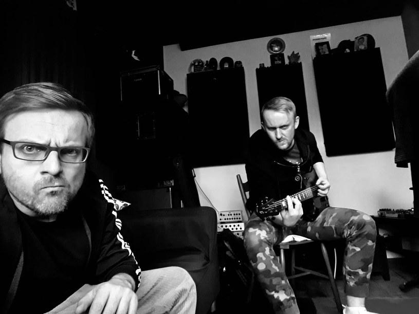 """""""Siła zwrotna była dla nas paliwem rakietowym"""" - mówią liderzy rockowej grupy CowdeR, która właśnie przypomniała o sobie minialbumem """"Ludzie"""". To zapowiedź nowej płyty, na której znajdą się utwory łączące nowoczesne brzmienia z rockowym graniem."""