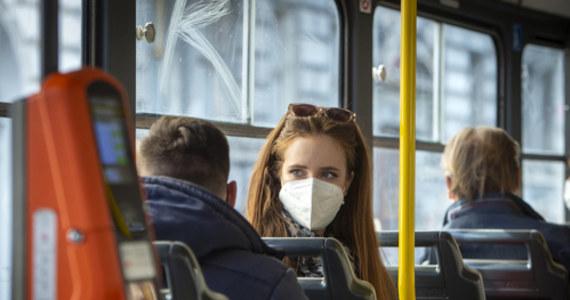 """Najwięcej, bo 33,7 proc. Polaków oczekuje od rządu utrzymania obostrzeń pandemicznych na obecnym poziomie. Jednak niewiele mniej, bo 33,2 proc., liczy grupa, która wolałaby poluzowania obostrzeń - to jeden z wniosków płynących z najnowszego sondażu przeprowadzonego przez United Survey dla RMF FM i """"Dziennika Gazety Prawnej"""". Jeśli, w związku z rosnącą liczbą zakażeń koronawirusem, Rada Ministrów musiałaby wprowadzić nowe obostrzenia, to według badanych w pierwszej kolejności powinny być to: nakaz noszenia wyłącznie maseczek, zamknięcie galerii handlowych, a także zawieszenie działalności stacjonarnej kin, muzeów i teatrów."""