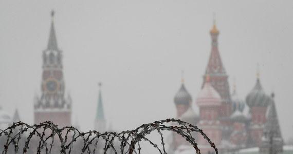 """Szefowie dyplomacji państw Unii Europejskiej dali zielone światło dla nałożenia na Rosję sankcji w związku ze skazaniem opozycjonisty Aleksieja Nawalnego na kolonię karną. Rosjanie, którzy znajdą się na unijnej """"czarnej liście"""", będą mieć zakaz wjazdu do krajów Wspólnoty, a ich aktywa w zachodnich bankach zostaną zablokowane."""