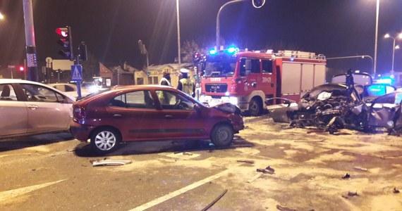 Zarzut sprowadzenia bezpośredniego niebezpieczeństwa katastrofy w ruchu lądowym usłyszał 28-letni kierowca bmw, który w sobotę doprowadził do karambolu w Łodzi. Zderzyło się wówczas w sumie 7 aut, ucierpiało pięć osób – w tym sam sprawca wypadku. Mężczyźnie grozi do lat 8 więzienia.