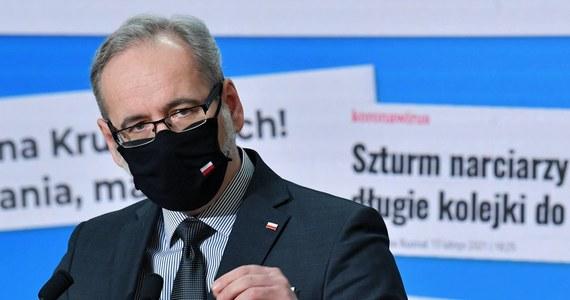 """""""Wydolność miesięczna szczepień w Polsce sięga obecnie rzędu 2,5 mln - 3 mln. Jeśli sytuacja będzie się korzystanie rozwijała, to do jesieni jesteśmy w stanie zaszczepić 60-70 proc. dorosłej populacji, czyli ponad 20 mln osób"""" - powiedział minister zdrowia Adam Niedzielski."""