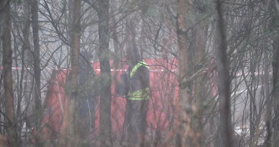 Dwie osoby zginęły w katastrofie lotniczej, do której doszło około północy w okolicach Pszczyny. W lesie rozbił się  helikopter z czterema osobami na pokładzie. Ofiary, to właściciel śmigłowca i pilot. Akcja ratunkowa była bardzo trudna - do katastrofy doszło w gęstej mgle. Prywatny śmigłowiec rozbił się 300 m od lądowiska w lesie, na terenie podmokłym.