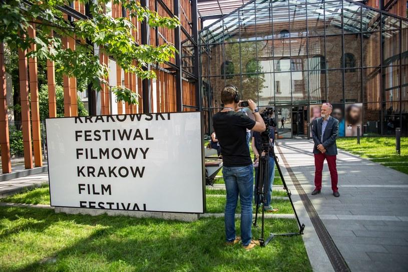 Właśnie upłynął termin nadsyłania filmów na Krakowski Festiwal Filmowy. Mimo pandemii, twórcom udało się ukończyć swoje dzieła. Zgłoszono prawie 2500 filmów dokumentalnych, krótkometrażowych i animowanych z całego świata.