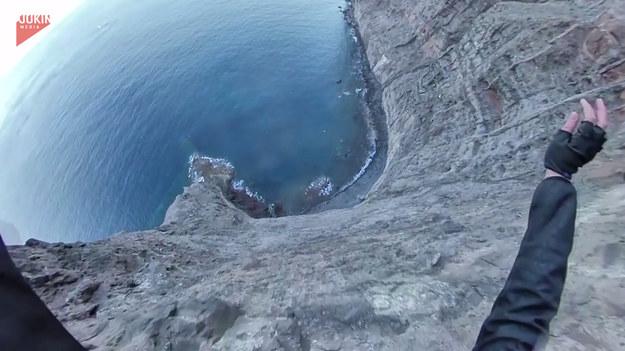 Cóż to był za skok! Pewna kobieta zapewniła sobie niezapomniane przeżycia skacząc ze spadochronem z wysokiego klifu. Lot był spokojny, ale i ostrożny. Miejsca na lądowanie było bowiem niewiele, a wokół wyrastały olbrzymie skały i pieniła się woda. Zobaczcie