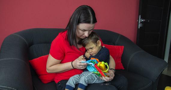 Trwa wyścig z czasem. Stawką jest życie dziecka, prawie trzyletniego Marcelka Kubali z małopolskich Jadownik. Dziecko - aby żyć - musi mieć przeszczepioną wątrobę. Trwa zbiórka pieniędzy. Koszt operacji jest gigantyczny - to 8 milionów złotych. W pomoc choremu dziecku włączają się kolejne miejscowości i instytucje.