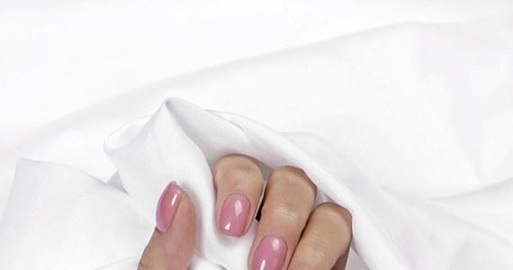 Marka Semilac jest najpopularniejszą marką, która specjalizuje się w tworzeniu produktów do stylizacji paznokci metodą hybrydową. W swoim asortymencie posiadają gotowe zestawy startowe, lampy do utwardzania manicure, akcesoria i liczne lakiery. W ostatnim czasie Semilac wprowadził na rynek innowacyjne lakiery 5in1, które są jednocześnie bazą, kolorem i topem. Jak wygląda zastosowanie lakierów w praktyce?