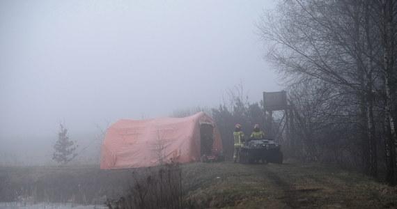 """""""Wygląda na to, że ten helikopter przeleciał za lądowisko"""" - tak katastrofę śmigłowca w Studzienicach pod Pszczyną, w której zginął przedsiębiorca Karol Kania i pilot, opisuje w rozmowie z RMF FM Jacek Bogatko z Państwowej Komisji Badania Wypadków. """"Więcej na temat wypadku dowiemy się po dokładnym zbadaniu sprawy. Ustaliliśmy natomiast już kilka szczegółów dotyczących samej maszyny"""" - dodaje. Śmigłowiec był nowy, wylatał zaledwie 40 godzin. Za sterami siedział doświadczony pilot. Wcześniej pracował w wojsku."""