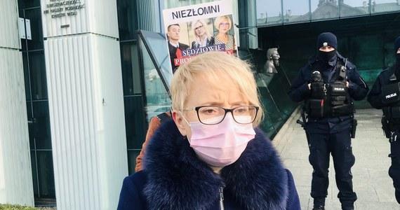 """Izba Dyscyplinarna Sądu Najwyższego odroczyła bez terminu posiedzenie ws. immunitetu krakowskiej sędzi Beaty Morawiec. Powód: konieczność rozpatrzenia wniosków obrońców m.in. o wyłączenie sędziów rozpoznających tę sprawę. Prokuratura chce postawić sędzi m.in. zarzuty korupcyjne, ona sama nazywa je """"bzdurnymi"""" i podkreśla, że to polityczny odwet. Nie wyklucza skierowania sprawy do Europejskiego Trybunału Praw Człowieka."""