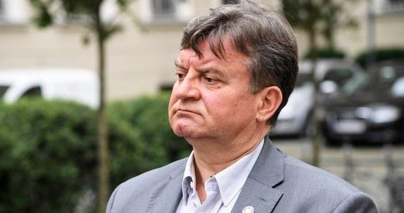 """""""Wszystkie wyroki, o których mówimy, to są wyroki sądów administracyjnych. Nie są wyrokami prawomocnymi. Nie wskaże mi pan ani jednego wyroku, który jest prawomocny"""" - mówił w Popołudniowej rozmowie w RMF FM Jarosław Foremny - Małopolski Inspektor Sanitarny, odnosząc się do decyzji sądów, które stwierdziły, że pandemiczne zakazy są niekonstytucyjne i nie można karać za ich łamanie. """"Zobaczymy, jak będzie. Jest wyrok sądu administracyjnego z Bydgoszczy, który staje po stronie organów Państwowej Inspekcji Sanitarnej - również nieprawomocny"""" - dodał."""