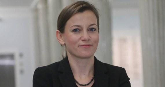 """""""Nie chcę brać udziału w teatrze, jaki robi się z wyboru jednego z najważniejszych urzędników w państwie"""" - ogłosiła Zuzanna Rudzińska-Bluszcz, która do niedawna kandydowała na stanowisko Rzecznika Praw Obywatelskich. Kandydatka wspierana przez kilka partii politycznych oraz liczne organizacje pozarządowe zrezygnowała ze starania się o urząd."""