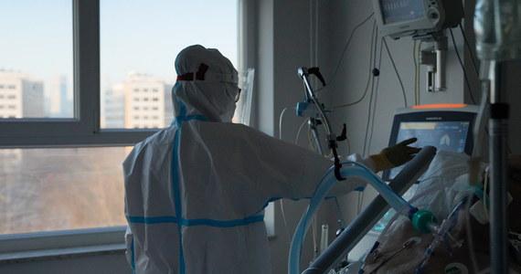 Mamy ponad 12 tysięcy nowych potwierdzanych zakażeń koronawirusem - potwierdziło już o poranku Ministerstwo Zdrowia. To spory skok zakażeń - jeszcze wczoraj mieliśmy ich o połowę mniej.  Według danych resortu na Covid-19 zmarło 372 pacjentów.