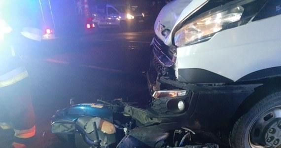 Dwaj bracia w wieku 17 i 14 lat walczą w szpitalach o życie po wypadku drogowym, do którego doszło na DK 11 w wielkopolskich Piaskach.