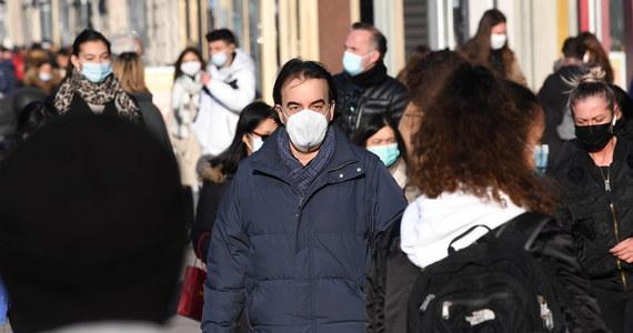 Przyłbica, chustka czy szalik nie wystarczą: od soboty 27 lutego w miejscach publicznych będziemy musieli zakrywać nos i usta maseczką. O tym nowym obostrzeniu poinformował na konferencji prasowej minister zdrowia Adam Niedzielski.
