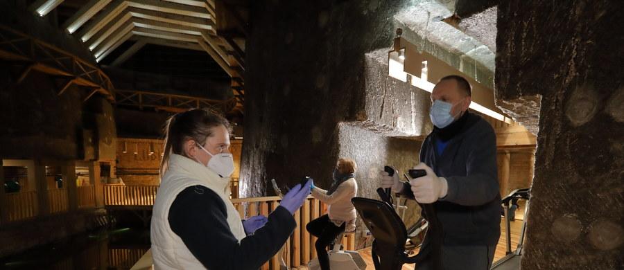 """Przybywa ośrodków zajmujących się leczeniem powikłań pocovidowych. Jeden z nich znajduje się 135 metrów pod ziemią - w Kopalni Soli """"Wieliczka"""", gdzie panuje unikalny mikroklimat."""