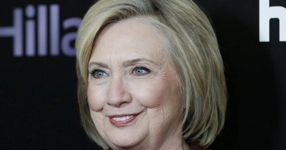 """Była sekretarz stanu USA i kandydatka Partii Demokratycznej w wyborach prezydenckich w 2016 roku Hillary Clinton napisze thriller razem z pisarką Louise Penny - poinformowało wydawnictwo Simon & Schuster. Książka zatytułowana """"State of Terror"""" ukaże się 12 października."""
