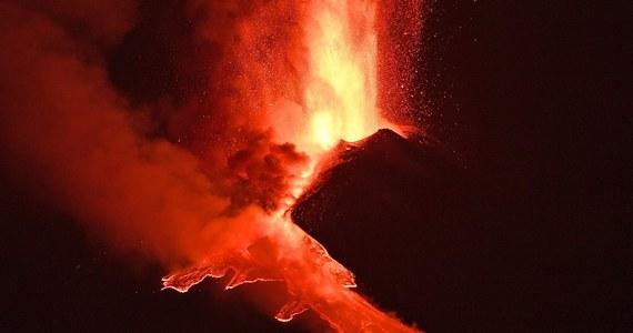 Wulkan Etna na Sycylii po raz szósty w ciągu ostatnich ośmiu dni wyrzuca z siebie fontanny lawy. Mają one 500 metrów wysokości, która nadal rośnie. Coraz większa aktywność Etny monitorowana jest przez ekspertów z włoskiego Instytutu Geofizyki i Wulkanologii.