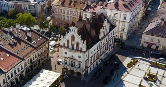 Premier Mateusz Morawiecki wyznaczył do pełnienia funkcji prezydenta miasta Rzeszowa Marka Bajdaka. Nominacja została przekazana wojewodzie Ewie Leniart i dziś zostanie wręczona. Bajdak zastąpi na tym stanowisku Tadeusza Ferenca, który zrezygnował ze względów zdrowotnych.